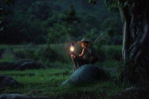 少年が森で唯一の明かりを所持