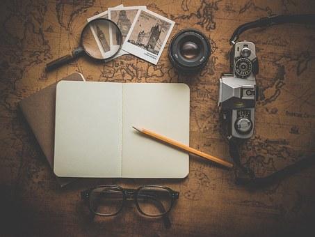 ノート、鉛筆、眼鏡、カメラ