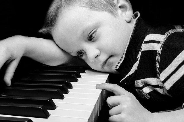 ピアノに触れる男の子