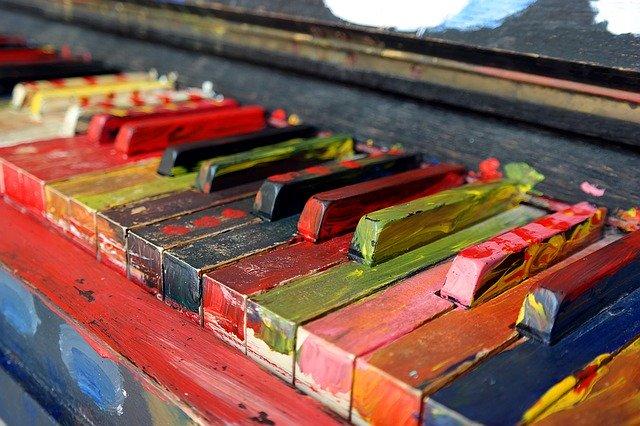 ペンキで塗られたピアノの鍵盤